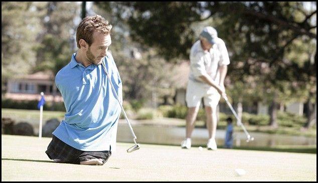 Immagine di un uomo senza gambe che giova a golf