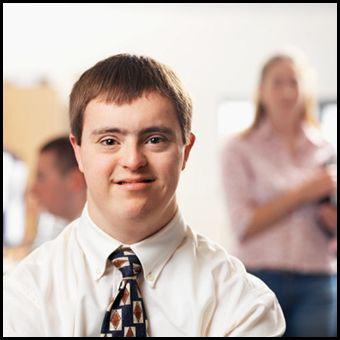 Immagine di un regazzo con il classici lineamenti delle persone con la sindrome di Down
